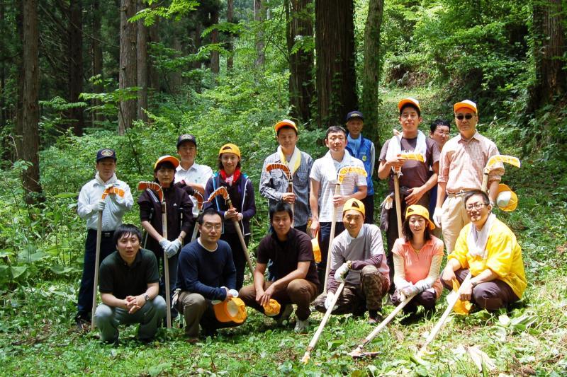 アサヒビール社員等による歩道刈り払い終了後の記念撮影